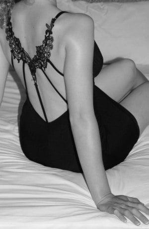 Wir sind jung, attraktiv und neugierig und würden gerne ein Paar für Sex zu viert treffen. Für uns als Paar ist dies Neuland, wir sind jedoch beide sehr offen.  Meine ideale Person: Wir würden gerne ein nettes und niveauvolles Paar in unserem Alter kennenlernen, mit dem wir uns gut unterhalten können, und das gerne mit uns neue Erfahrungen zu viert gewinnen möchte.  P.S. Attraktive Frauen und junge bi Männer können sich auch alleine melden